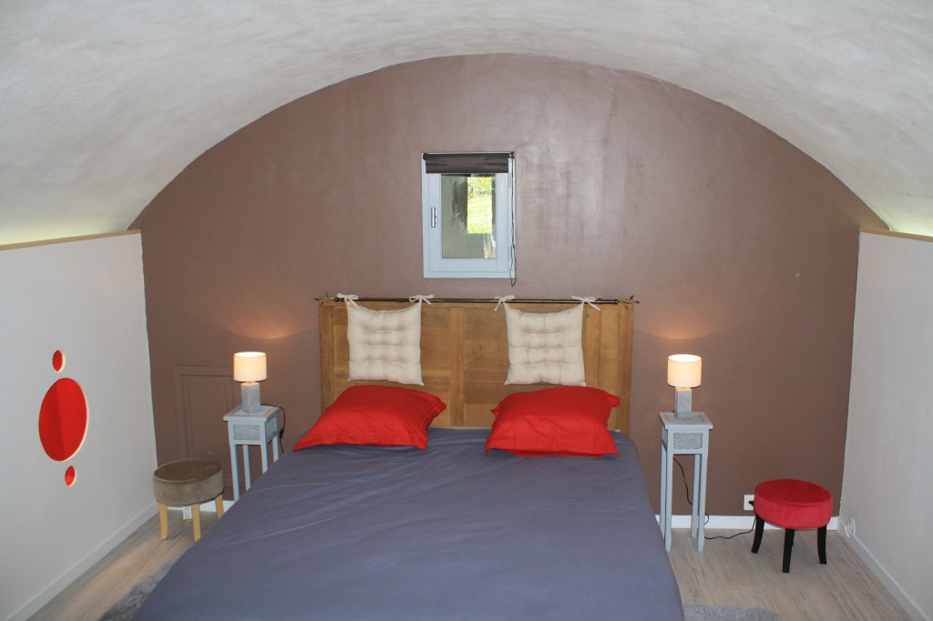 Le lit de la chambre d h te pr s de salers la chambre de - Chambre d hote pres de chambord ...